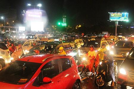 Kẹt xe kinh hoàng ở cửa ngõ sân bay Tân Sơn Nhất - ảnh 3