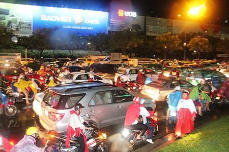 Kẹt xe kinh hoàng ở cửa ngõ sân bay Tân Sơn Nhất - ảnh 4