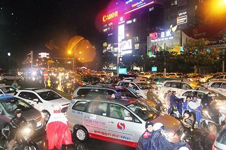 Kẹt xe kinh hoàng ở cửa ngõ sân bay Tân Sơn Nhất - ảnh 5