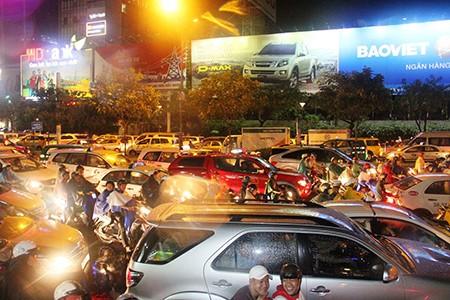 Kẹt xe kinh hoàng ở cửa ngõ sân bay Tân Sơn Nhất - ảnh 6