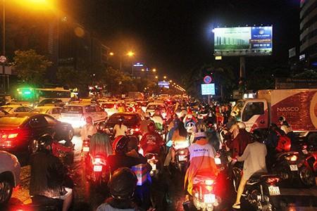 Kẹt xe kinh hoàng ở cửa ngõ sân bay Tân Sơn Nhất - ảnh 8