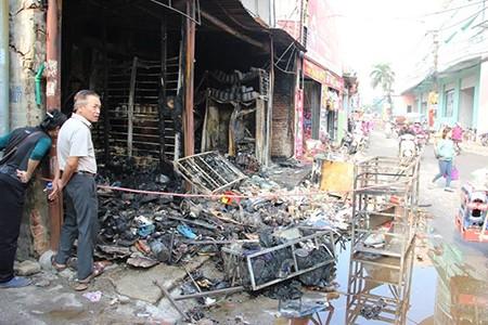 Cháy cửa hàng sữa, nhiều hàng hóa bị thiêu rụi - ảnh 1