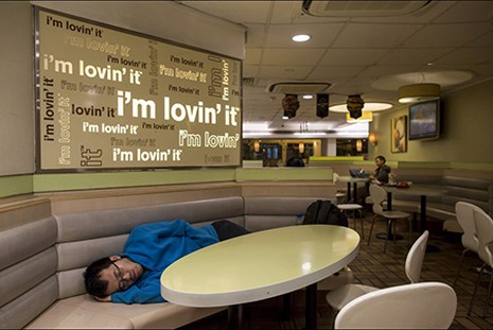 Những người 'ngủ bụi McDo' - ảnh 9