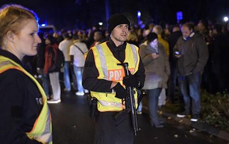 Chùm ảnh nước Đức báo động vì bị đe dọa khủng bố - ảnh 22