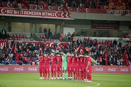 CĐV Thổ Nhĩ Kỳ la ó trong phút mặc niệm nạn nhân khủng bố Paris - ảnh 1