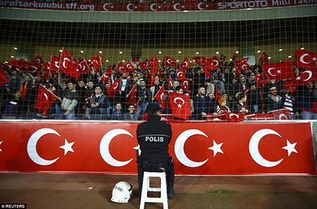 CĐV Thổ Nhĩ Kỳ la ó trong phút mặc niệm nạn nhân khủng bố Paris - ảnh 2