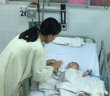 Sức khỏe bé bị đâm dao vào đầu tiến triển khả quan - ảnh 1