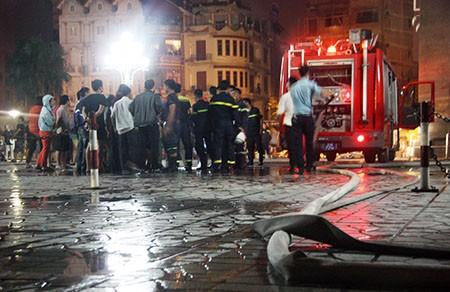 Cháy lớn tại tòa nhà CT1 Vimeco trong đêm tối - ảnh 1