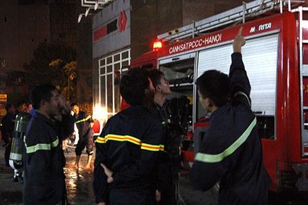 Cháy lớn tại tòa nhà CT1 Vimeco trong đêm tối - ảnh 6