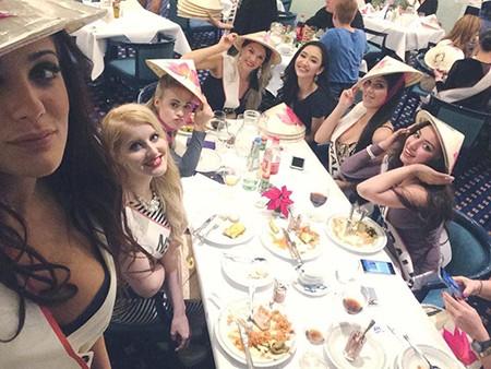 Hà Thu tặng nón lá tại Hoa hậu Liên lục địa - ảnh 2