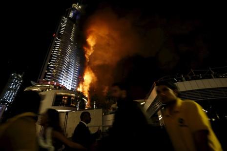 Hỏa hoạn dữ dội tại khách sạnddress Downtown Dubai vào đêm giao thừa. Ảnh: Reuters