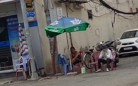 Chùm ảnh: Cò vé tàu tung hoành trước cửa ga Sài Gòn - ảnh 1