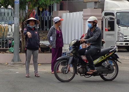 Chùm ảnh: Cò vé tàu tung hoành trước cửa ga Sài Gòn - ảnh 2