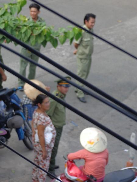 Chùm ảnh: Cò vé tàu tung hoành trước cửa ga Sài Gòn - ảnh 5