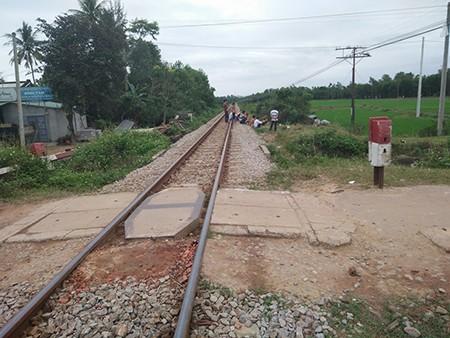 Ô tô đâm vào tàu hỏa, hiệu trưởng và phó phòng giáo dục thiệt mạng - ảnh 1