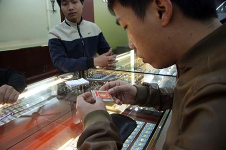 Chen nhau mua vàng lấy 'vía' thần tài đầu năm - ảnh 14