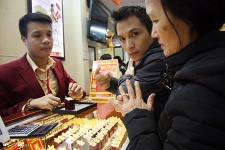 Chen nhau mua vàng lấy 'vía' thần tài đầu năm - ảnh 15