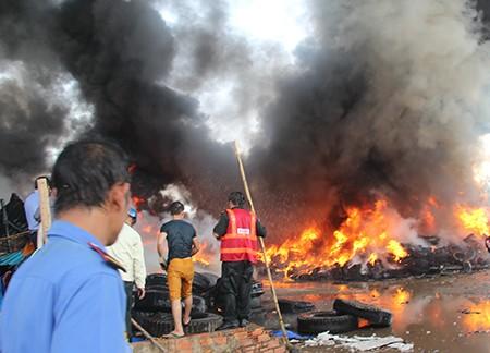Kho vỏ xe cả ngàn mét vuông  bốc cháy ngùn ngụt - ảnh 1
