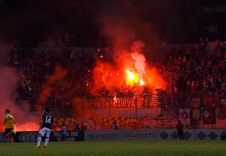 CĐV Malaysia lại làm loạn trên sân vận động - ảnh 4
