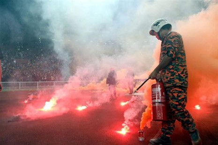 CĐV Malaysia lại làm loạn trên sân vận động - ảnh 5