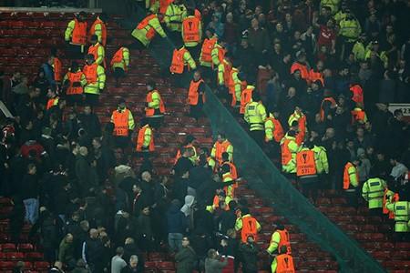 Fan M.U và Liverpool 'choảng nhau' ngay trong sân - ảnh 1