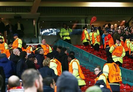 Fan M.U và Liverpool 'choảng nhau' ngay trong sân - ảnh 2