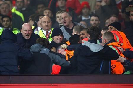 Fan M.U và Liverpool 'choảng nhau' ngay trong sân - ảnh 4