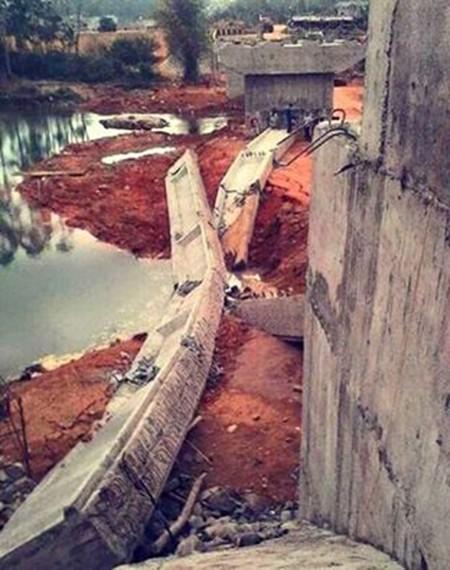 Dầm cầu sập rơi xuống suối khi đang thi công - ảnh 2