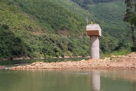 Dầm cầu sập rơi xuống suối khi đang thi công - ảnh 1