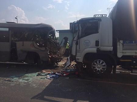Xe khách tông xe tải, 21 người thương vong - ảnh 1