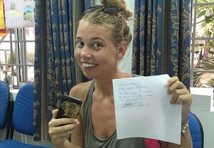 Nữ hộ lý nhặt được iPhone 5S trả lại cho người nước ngoài - ảnh 1