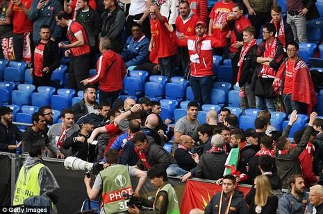 CĐV 'choảng' nhau tưng bừng trước trận chung kết Europa League - ảnh 3