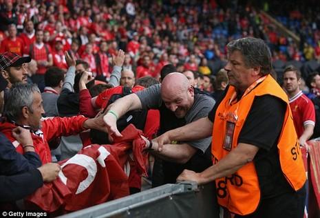 CĐV 'choảng' nhau tưng bừng trước trận chung kết Europa League - ảnh 5