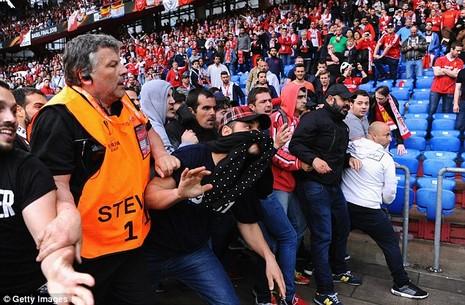CĐV 'choảng' nhau tưng bừng trước trận chung kết Europa League - ảnh 9