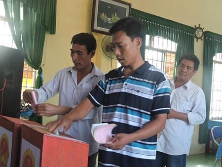 Ngư dân đảo Lý Sơn nô nức tham gia bỏ phiếu bầu cử - ảnh 8