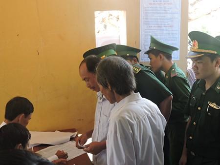 Ngư dân đảo Lý Sơn nô nức tham gia bỏ phiếu bầu cử - ảnh 4