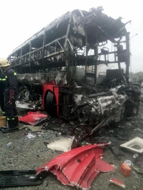 Cận cảnh 2 xe khách tông nhau bốc cháy, 12 người không thể nhận dạng - ảnh 2