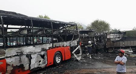 Cận cảnh 2 xe khách tông nhau bốc cháy, 12 người không thể nhận dạng - ảnh 4