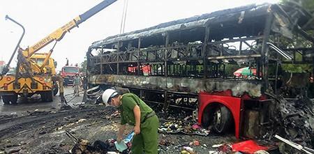 Cận cảnh 2 xe khách tông nhau bốc cháy, 12 người không thể nhận dạng - ảnh 5