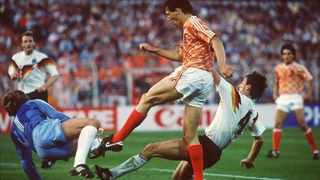 Euro 1988: Vinh danh Van Basten và cơn lốc màu da cam - ảnh 1