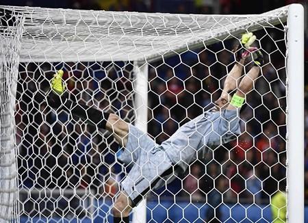 Buffon phấn khích đánh đu xà ngang và cú ngã đau điếng - ảnh 3