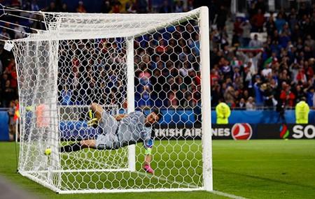 Buffon phấn khích đánh đu xà ngang và cú ngã đau điếng - ảnh 5