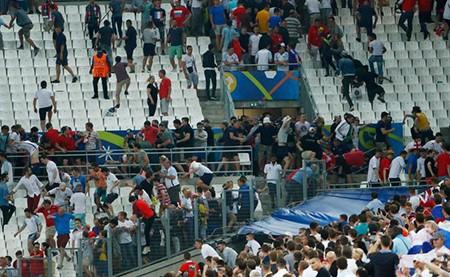 Nóng: Nga bị UEFA phạt nặng vì cổ động viên làm loạn - ảnh 5