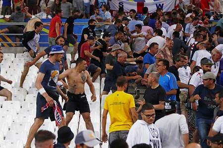Nóng: Nga bị UEFA phạt nặng vì cổ động viên làm loạn - ảnh 10