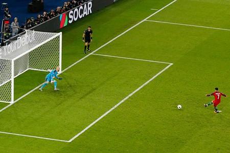 Ronaldo mất ngủ vì đá hỏng phạt đền - ảnh 1