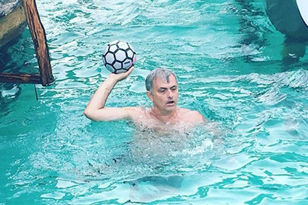 Jose Mourinho vui chơi không quên nhiệm vụ - ảnh 2