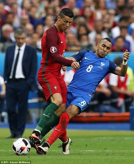 Ronaldo 3 lần bật khóc trong trận chung kết Euro 2016 - ảnh 1