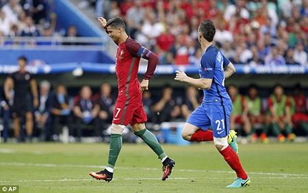 Ronaldo 3 lần bật khóc trong trận chung kết Euro 2016 - ảnh 7