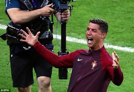 Ronaldo 3 lần bật khóc trong trận chung kết Euro 2016 - ảnh 20