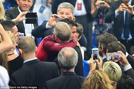 Ronaldo ôm Sir Alex tri ân trong ngày hạnh phúc nhất đời - ảnh 1